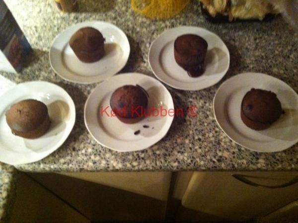 Blødende chokoladekager på tallerkner