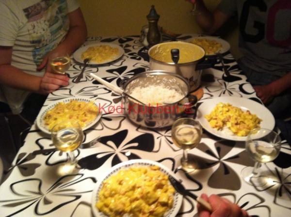 Opdækket bord med kylling i karry