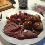 Krondyr med rodfrugter, kartofler og vildt sauce